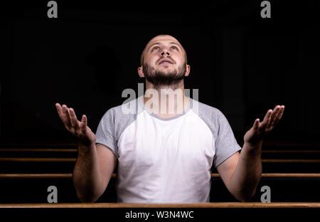Christlicher Kerl, der katholisches Mädchen