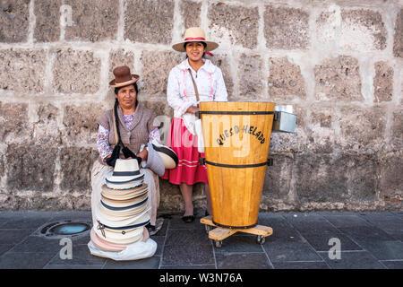 Straßenhändler. Frauen verkaufen HELADO queso (Käse, Eis) und Hüte in traditionellen Peruanischen Kleidung, Arequipa, Peru. - Stockfoto
