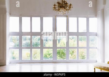 Große schöne weiße Zimmer mit Fenstern bis zum Boden - Stockfoto