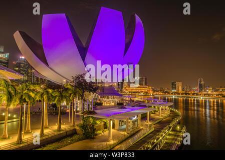 Marina Bay Waterfront und Artscience Museum bei Nacht, Singapur | Marina Bay Sands Hafenpromenade und Kunst Wissenschaft Museum bei Nacht, Singapur - Stockfoto