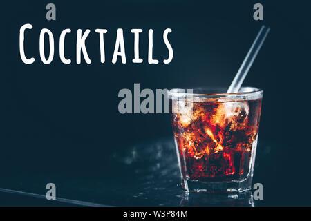 Cuba Libre Cocktail an der Bar stehen. Der dunkle Hintergrund. Horizontale. Cocktails Wortlaut - Stockfoto