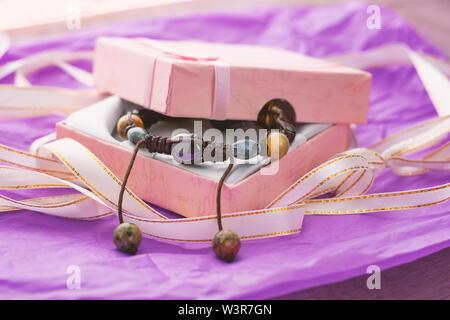 Handgefertigter Armreif aus Steinen in Geschenkbox.