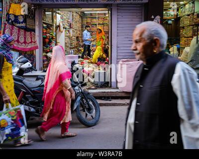 JODHPUR, INDIEN - ca. November 2018: Die Menschen in den Straßen von Jodhpur-stiefeletten aus Verkauf von Gemüse. Jodhpur ist die zweitgrößte Stadt im indischen Bundesstaat R - Stockfoto