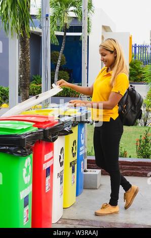 Recycling von PET-Flaschen, Mädchen von 20 bis 25 Jahren die Plastikflasche in Einlagen für die Verarbeitung - Stockfoto