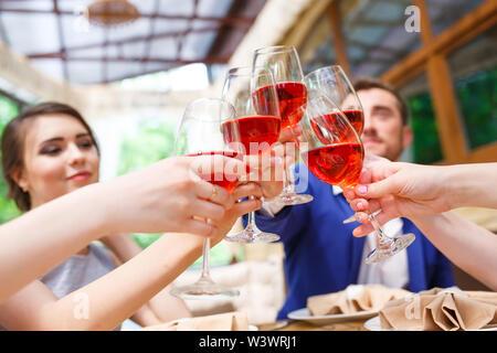 Freunde, Wein trinken und auf der Sommerterrasse. - Stockfoto