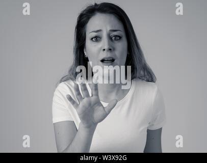 In der Nähe der jungen Frau verängstigt und schockiert Furcht, Angst Gesten. Schaut entsetzt und verzweifelt. Menschen und menschlichen Ausdrucksformen und em - Stockfoto