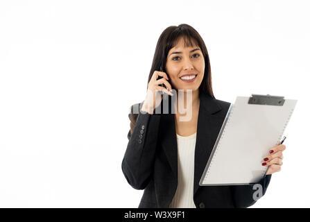 Nahaufnahme einer jungen schönen business Frau am Telefon mit einem Ordner. Lächelnd zuversichtlich und erfolgreich. In den Leuten busi - Stockfoto