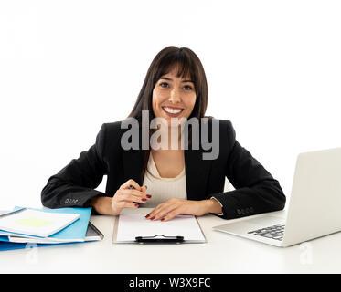 Nahaufnahme einer jungen schönen business Frau an ihrem Schreibtisch sitzen auf neutralem Hintergrund. Lächelnd zuversichtlich und erfolgreich. In leute Business e - Stockfoto