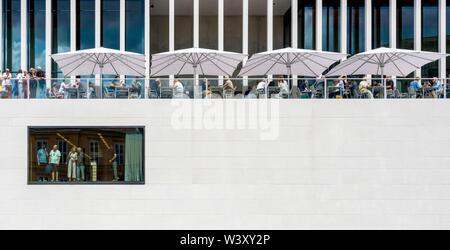 Fassade mit Cafe, James Simon Galerie, das Besucherzentrum der Berliner Museumsinsel, Berlin, Deutschland - Stockfoto