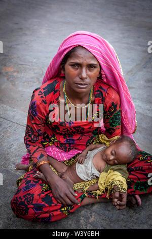 Das Leben und die Menschen in Indien, das Leben auf der Straße, das Leben in einem Dorf in Indien, Rajasthan, Staat, Markt, aktive Bazar mit vielen Menschen. - Stockfoto