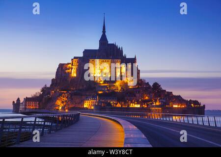 Frankreich, Normandie, Le Mont Saint Michel in der Dämmerung