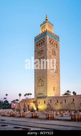 Marokko, Marrakech-Safi (Marrakesh-Tensift-El Haouz) Region, Marrakesch. 12. jahrhundert Koutoubia Moschee in der Abenddämmerung. - Stockfoto