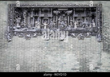 Guangzhou, China Jun 4 - 2019: Traditionelle Chinesische ciment Bildhauerei an der Wand, in dem Haus des Chen. Es ist ein Ziel für die Reise. - Stockfoto