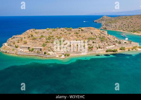 Antenne drone Blick auf die Ruinen der Festung und Aussätzigen Kolonie auf der Insel Spinalonga, Kreta Griechenland - Stockfoto