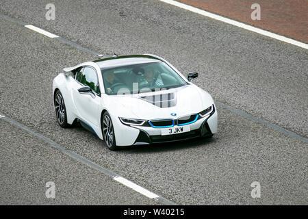 2018 BMW I8 Plug-in-Hybrid Sportwagen; Großbritannien Verkehr, Transport, moderne, Limousinen, Süd - auf die 3 spurige Autobahn M6 Autobahn gebunden. - Stockfoto