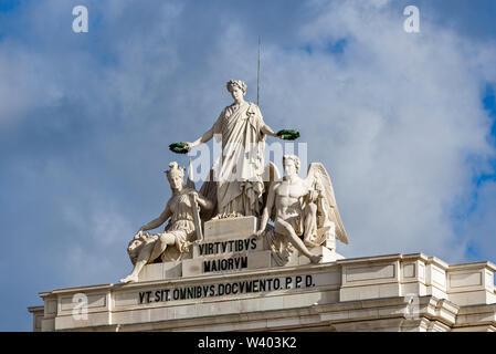 Statuen an der Spitze von Arco da Rua Augusta repräsentieren Herrlichkeit belohnt Mut und Genius und sind Teil der portugiesischen Wappen in Lissabon, Portugal. - Stockfoto