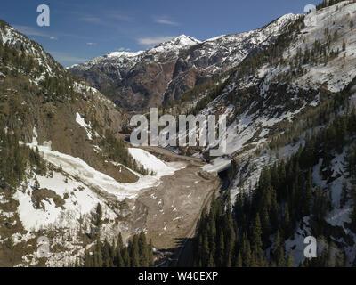 Lawine Folie weg und Rückstände, die die Autobahn zwischen Ouray und Silverton, Colorado abgedeckt. - Stockfoto