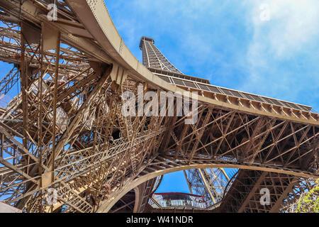 Eiffelturm gegen den blauen Himmel mit Wolken in Paris, Frankreich. April 2019 - Stockfoto