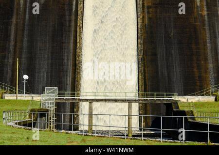 Wasser fließt über hohe, steile, konkrete Dam spillway an Thruscross Reservoir in den Kanal an der Basis (close-up Detail) - North Yorkshire, England, UK. - Stockfoto