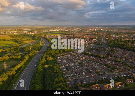 Luftaufnahme über der Autobahn A19 mit Blick auf die Wohnsiedlungen und countrysid von Stockton-on-Tees in Teeside bei Sonnenuntergang an einem ruhigen Sommer Tag