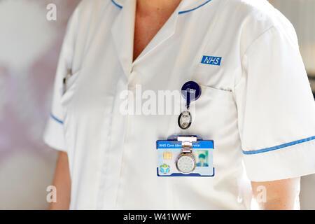 Nahaufnahme der Krankenschwester Uniform tragen