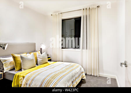 Modernes Schlafzimmer mit Doppelbett, schwarzen Holzmöbeln ...