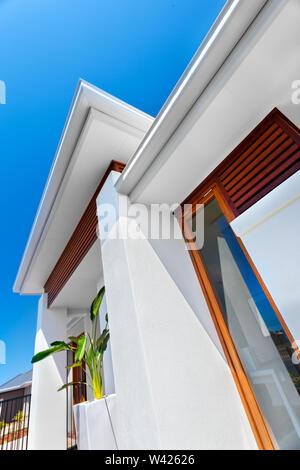 Vorderseite des luxuriösen Haus und direkt an der Wand mit dem Fenster, dieses Bild geben die Sicht von unten nach oben blue sky und geben Glanz mansio - Stockfoto