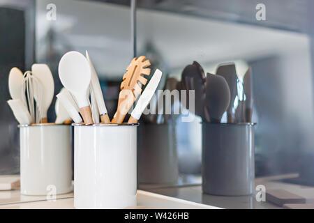 Saubere Küche Werkzeuge mit ihren Überlegungen an der Rückwand - Stockfoto