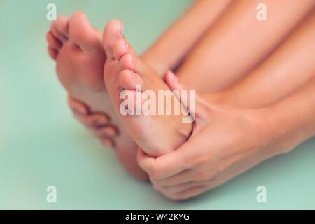 Frau fühlt sich starken Fußschmerz isoliert. Menschen, Gesundheitswesen und Medizin Konzept - Stockfoto