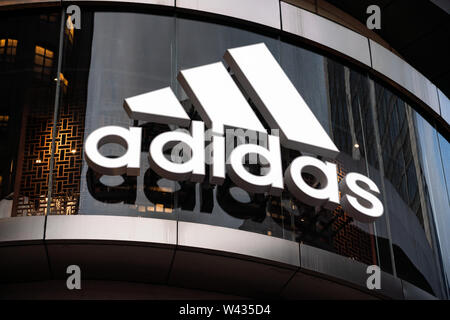 Eine deutsche multinationale Sportswear corporation Adidas Logo in Shanghai gesehen. - Stockfoto