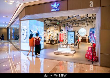 Adidas Originals, eine Linie von casual Sportbekleidung unter Deutschen multinationalen Sportkleidung der Marke Adidas, Speichern und Logo in Shanghai gesehen mit Kunden wandern in es. - Stockfoto
