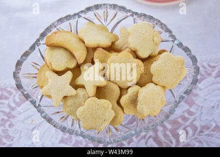 Star Kekse innerhalb der Platte. Mit Christmas Star cookies, süßen Snacks für Kinder, das Essen für den Urlaub Platte - Stockfoto