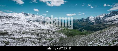 Panoramablick auf das Tal Valle d'Aosta mit schönen Berge Landschaft im Hintergrund und blauen Himmel. Sommer in den Walliser Alpen, Valle d'Ao - Stockfoto