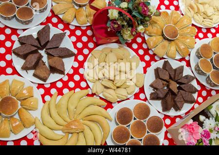 Köstliches Frühstück essen Konzept. Ansicht von oben, flach, Quadrat. Ein typisch sizilianisches Street Food. Bananen Kuchen Rezept ist eine einfache und köstliche Torsion auf tra - Stockfoto