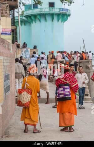Zwei hinduistischen Gläubigen einen Weg neben der Ganges in Varanasi. - Stockfoto