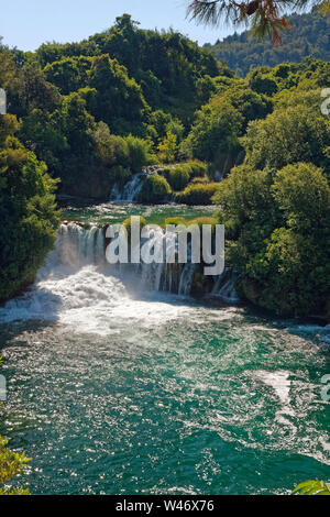 Wasserfälle; Natur; leistungsstark; landschaftlich reizvollen, bewaldeten Umgebung, Krka Nationalpark, Dalmatien, Kroatien; Europa; Sommer, vertikal - Stockfoto