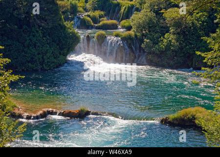 Wasserfälle; Natur; leistungsstark; bewaldeten Umgebung; Scénic; Nationalpark Krka, Dalmatien, Kroatien; Europa; Sommer, horizontal - Stockfoto