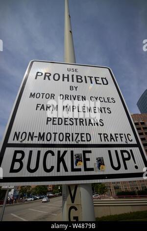 Anmelden Warnung von Fahrzeugen prohibted auf der I-90, I-94 Interstate Schnellstraße und Sicherheitsgurt verwenden, Chicago IL USA Schnalle