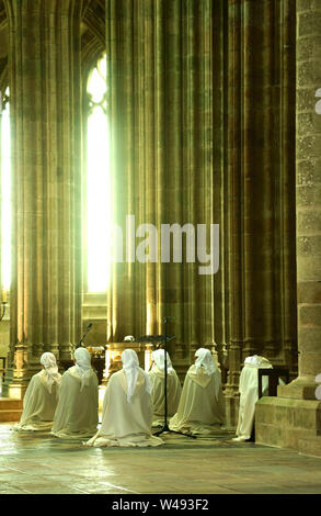 Nonnen Beten in der Kirche von Mont Saint Michel, Normandie, Frankreich - Stockfoto
