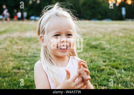 Schönen blonden Kleinkind Mädchen genießt den Sommer im Park - Stockfoto