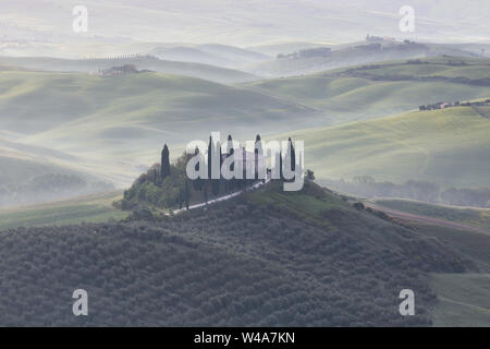 Villa Podere im Val d'Orcia bei Nebel Sonnenaufgang in der Toskana. Pienza, Italien.