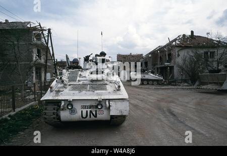 25. April 1993 während des Krieges in Bosnien: Britische FV103 Alvis Spartan APCs des Cheshire Regiment im Zentrum von Stari Vitez unter den Kampf geparkt - geschrammt Ruinen der Häuser. - Stockfoto