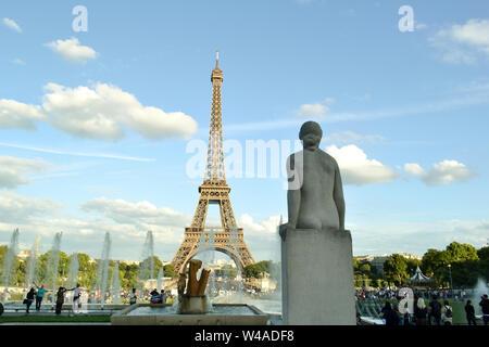 Paris/Frankreich - August 18, 2014: Blick auf die Statue namens Frau, La Femme, der Brunnen von Warschau und dem Eiffelturm im Hintergrund. - Stockfoto