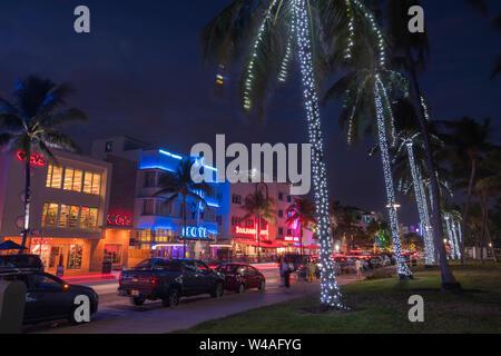 Weihnachtsbeleuchtung AUF PALMEN HOTELS OCEAN DRIVE LUMMUS PARK SOUTH BEACH MIAMI BEACH FLORIDA USA - Stockfoto