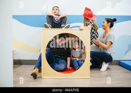 Lehrer und Schüler sitzen in einem Cube spielen Struktur