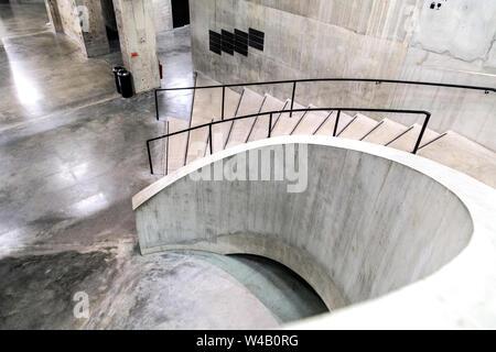 Innentreppe von der Tate Modern Blavatnik Gebäude, London, UK - Stockfoto