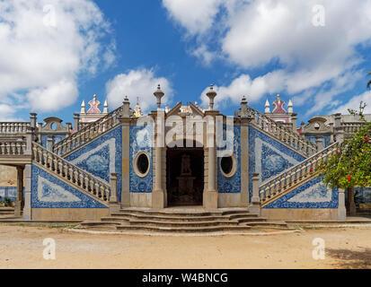 Detail der dekorativen Symmetrie des Rokoko inspiriert Palast von Estoi, mit seinen blauen Mosaikfliesen auf ein Thema. Algarve, Portugal. - Stockfoto
