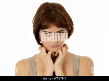 Nahaufnahme eines jungen traurige Frau, Ernst und besorgt, in dem die emotionalen Schmerz besorgt. Gefühl Trauer und Depression. In neutralen Hintergrund isoliert - Stockfoto
