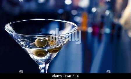 Cocktail Wodka Martini hautnah. Party in einem Nachtclub. Cocktail007. - Stockfoto