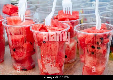 Brocken der frische Wassermelone bereit zum Verkauf in Plastikbechern zu essen. - Stockfoto